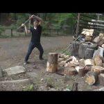 【動画】大自然の中で薪割りトレーニング